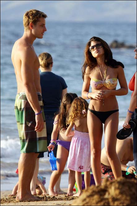 Justin Hartley Shows How Much He Likes The Color Green On The Beach In Hawaii Osck Dc Comics